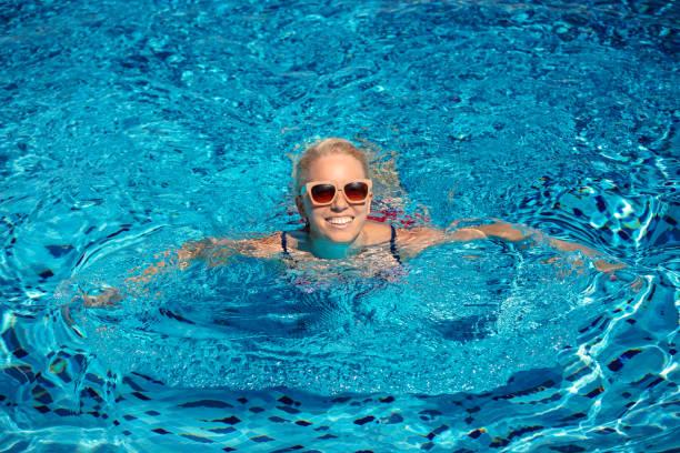 Mädchenschwimmen im Pool – Foto