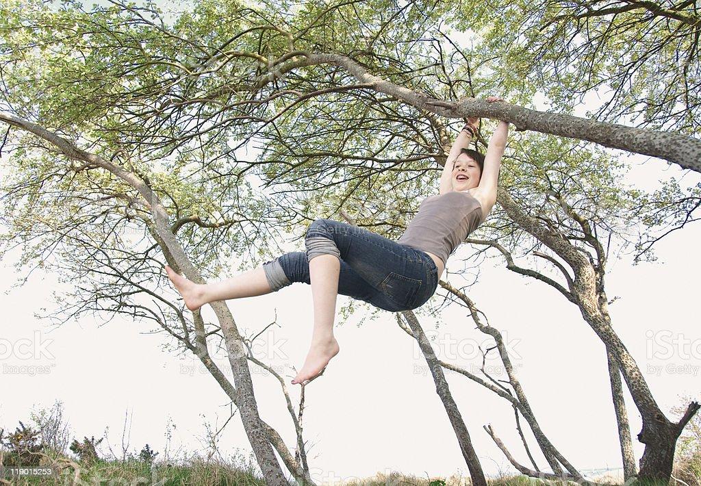 Mädchen schwingen von Baum im Freien – Foto