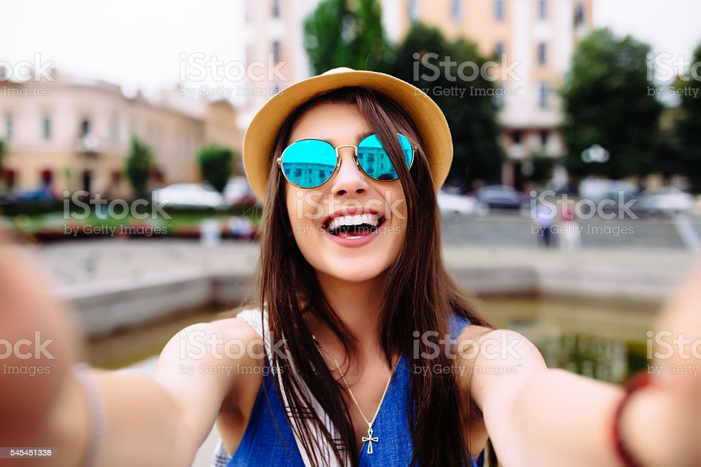 girl take selfie from hands with phone on summer  street. – Foto