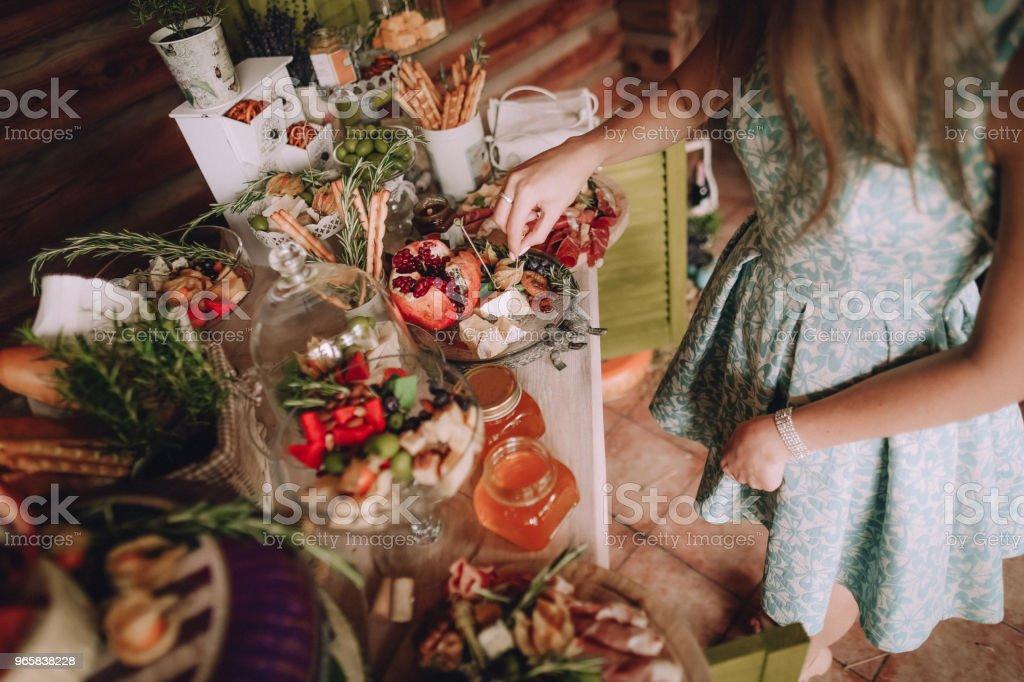 meisje neemt segment kaas ingericht tabel taarten - Royalty-free Abrikoos Stockfoto