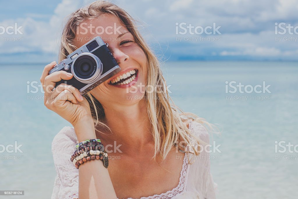 Mädchen nimmt ein Foto am Meer mit einem film-Kamera – Foto