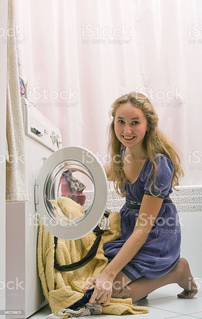 복용 여자아이 clothers 메트로폴리스 씻기의 발행기 royalty-free 스톡 사진