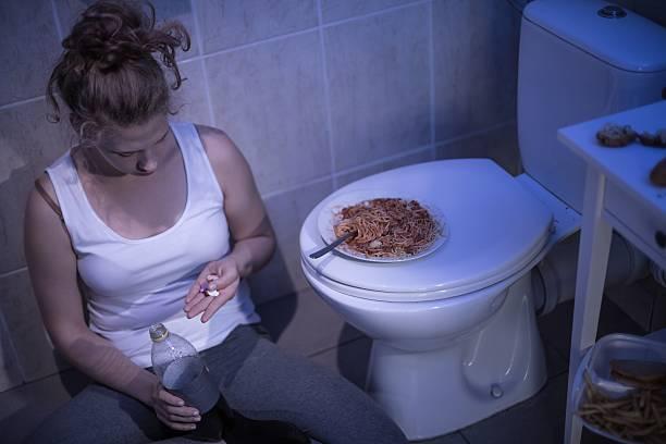 Menina tomando pílulas - foto de acervo