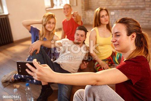 Girl Taking Selfie With Friends In Fitness Studio - Stockowe zdjęcia i więcej obrazów Była Jugosławia