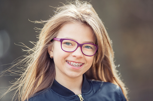 Junge blonde Teenie-Brille