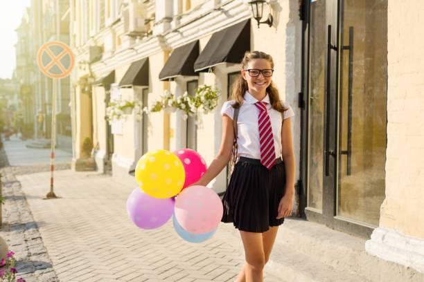 mädchen teenager gymnasiast mit luftballons - vorschuldekorationen stock-fotos und bilder