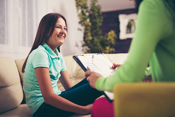 girl teenager is happy after a successful therapy by psychologists - séance de psychothérapie photos et images de collection
