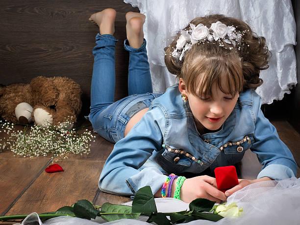mädchen teenager-leckereien für accessoires - bräutigam jeans stock-fotos und bilder