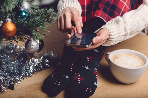 mädchen sms für weihnachten oder neujahr - weihnachtsprogramm stock-fotos und bilder