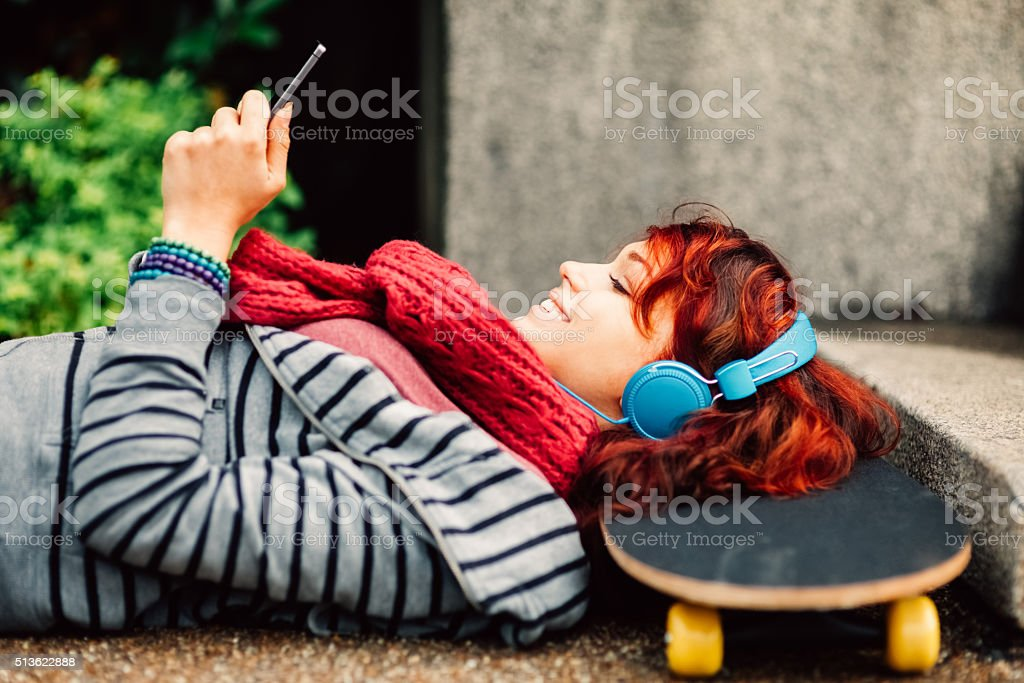 Girl SMS on smartphone - foto de stock