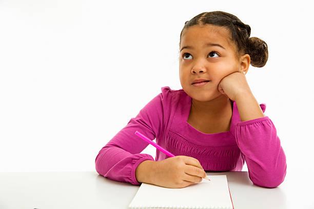 Ein Mädchen denken was in ihrem Notizbuch zu schreiben – Foto