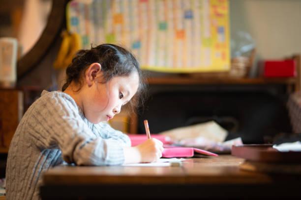 自宅で勉強する女の子 - ライフスタイル ストックフォトと画像