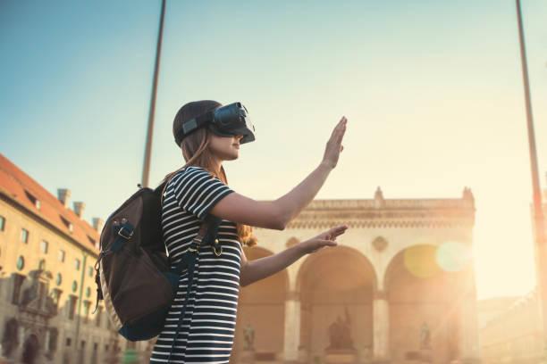 mädchen-tourist in der virtuellen realität gläser. das konzept der virtuellen tourismus - arbeit in münchen stock-fotos und bilder