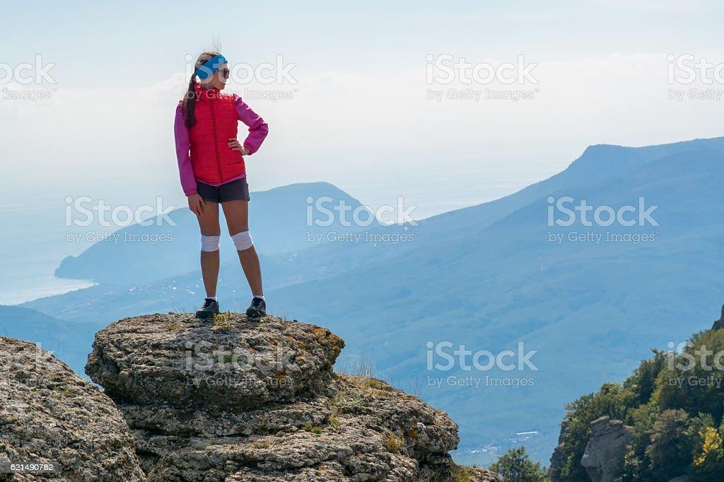 Girl tourist standing on a big cliff Lizenzfreies stock-foto
