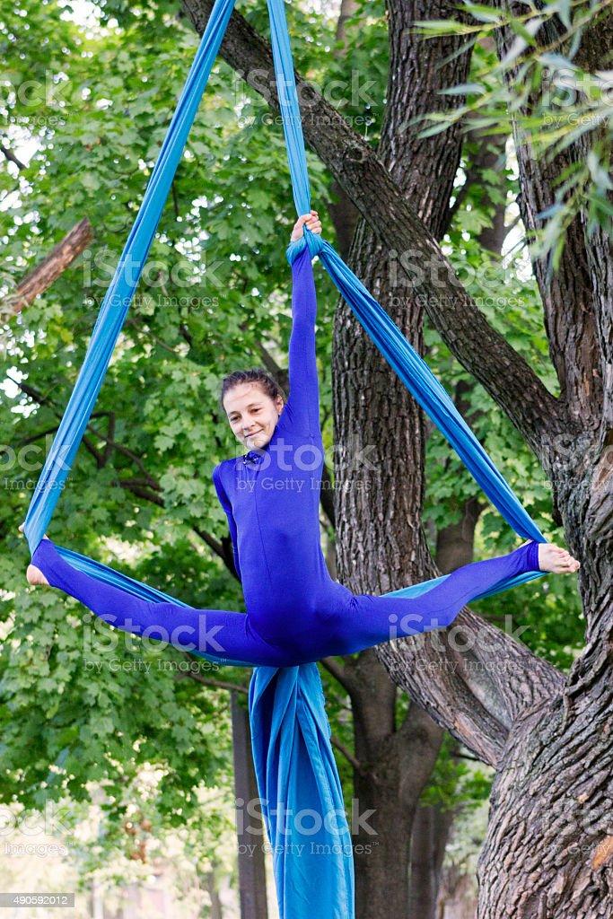 Girl formación de sedas en aire libre - foto de stock