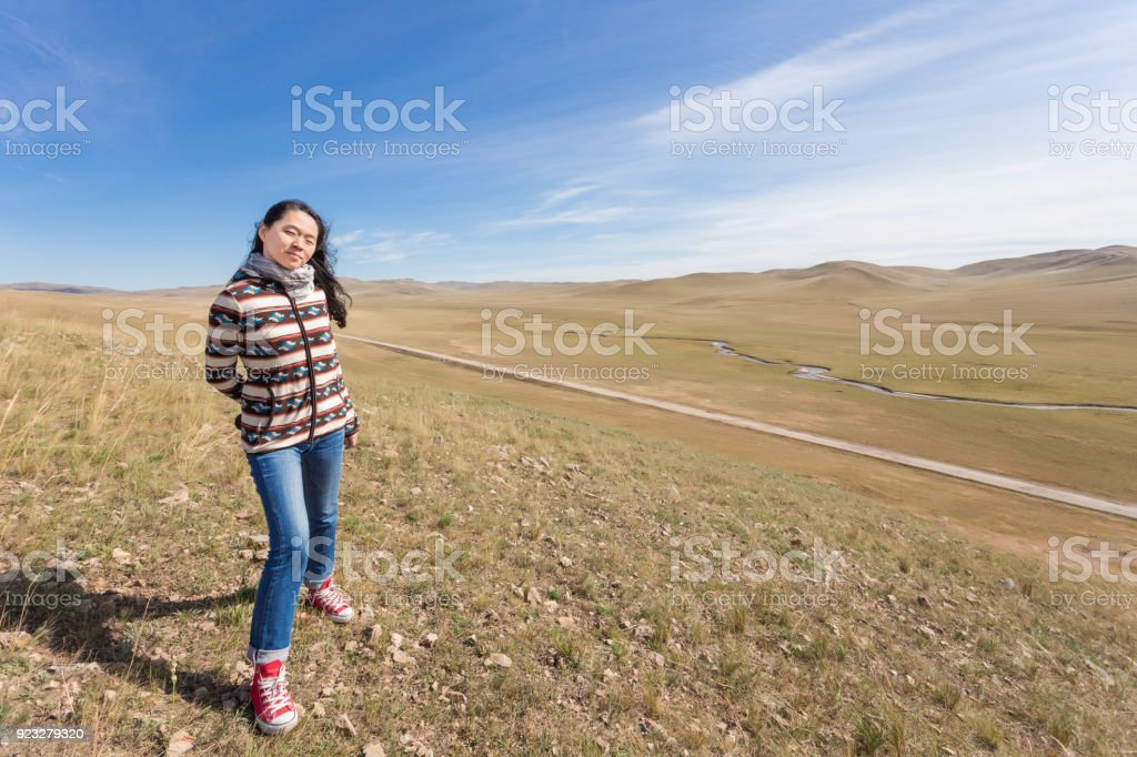 Jeune fille voyageant seul debout au sommet de la montagne - Photo