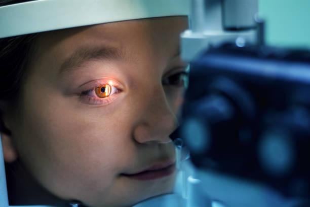 女孩接受眼科檢查 - 人的眼睛 個照片及圖片檔