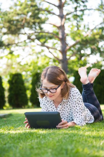 Mädchen mit digitalen tablet  – Foto