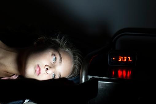 Girl Using Her Smartphone Late At Night - Fotografie stock e altre immagini di Adolescente