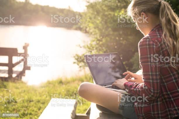 Mädchen Mit Laptop Im Park Stockfoto und mehr Bilder von Arbeiten