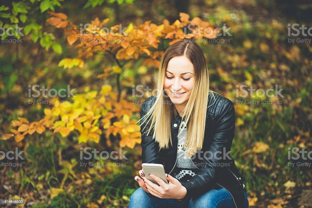 girl using phone in the nature – Foto