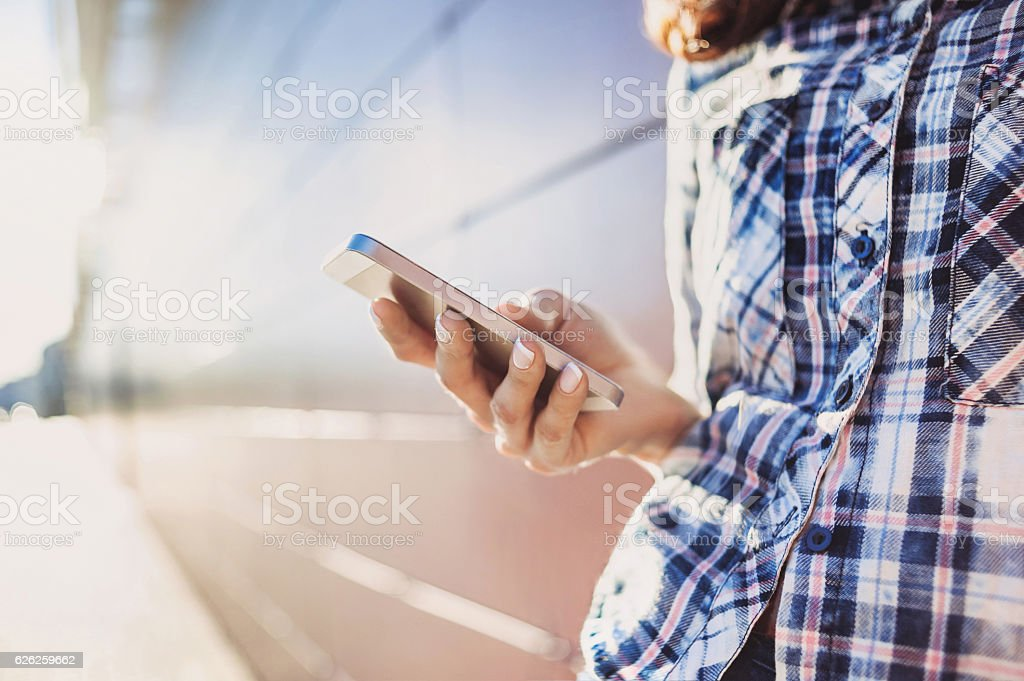 girl using smart phone foto de stock libre de derechos