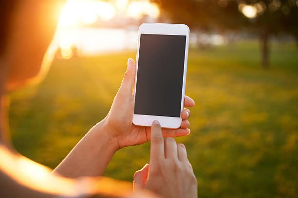 mädchen mit smart phone - outdoor handy stock-fotos und bilder