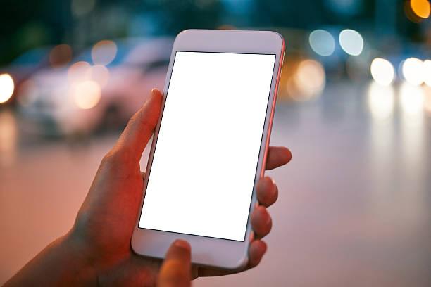 ragazza utilizzando uno smartphone - city walking background foto e immagini stock