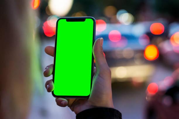 meisje met slimme telefoon - green screen stockfoto's en -beelden