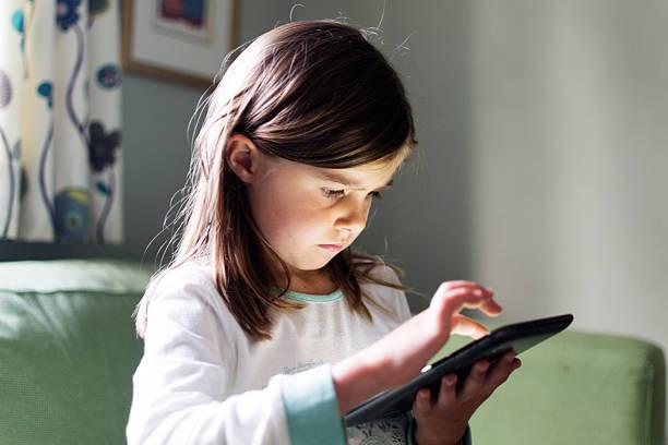 girl using tablet computer - alleen één meisje stockfoto's en -beelden