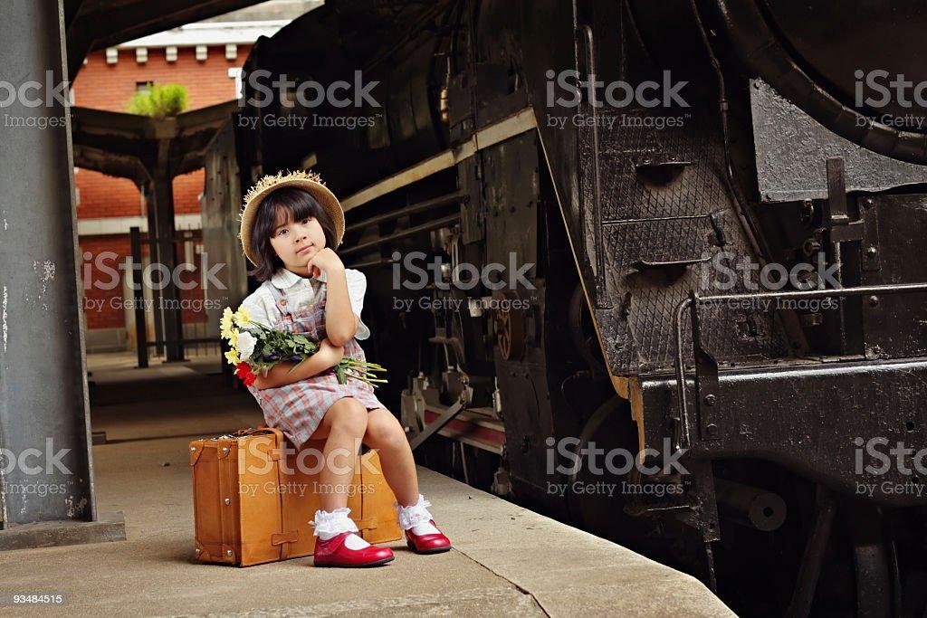 기다리는 소녀 열차 - 로열티 프리 6-7 살 스톡 사진