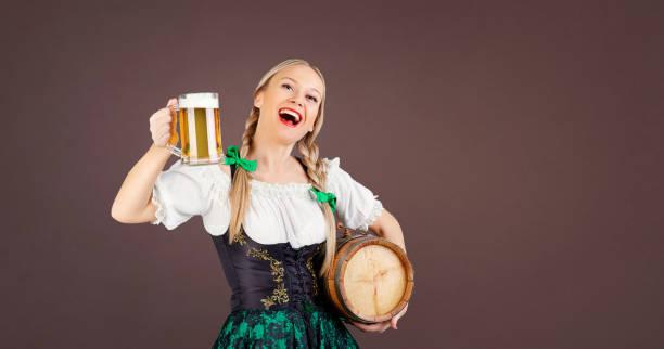 mädchen kellnerin oktoberfest in traditioneller tracht mit einem krug bier - bavaria porzellan stock-fotos und bilder