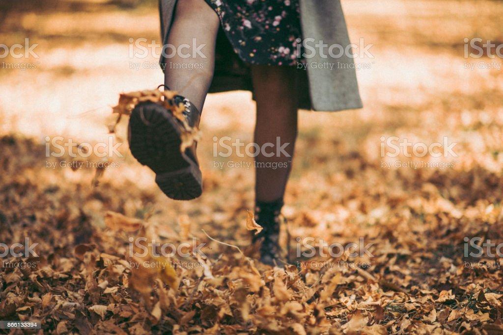 Fille marche et gigote les feuilles mortes - Photo
