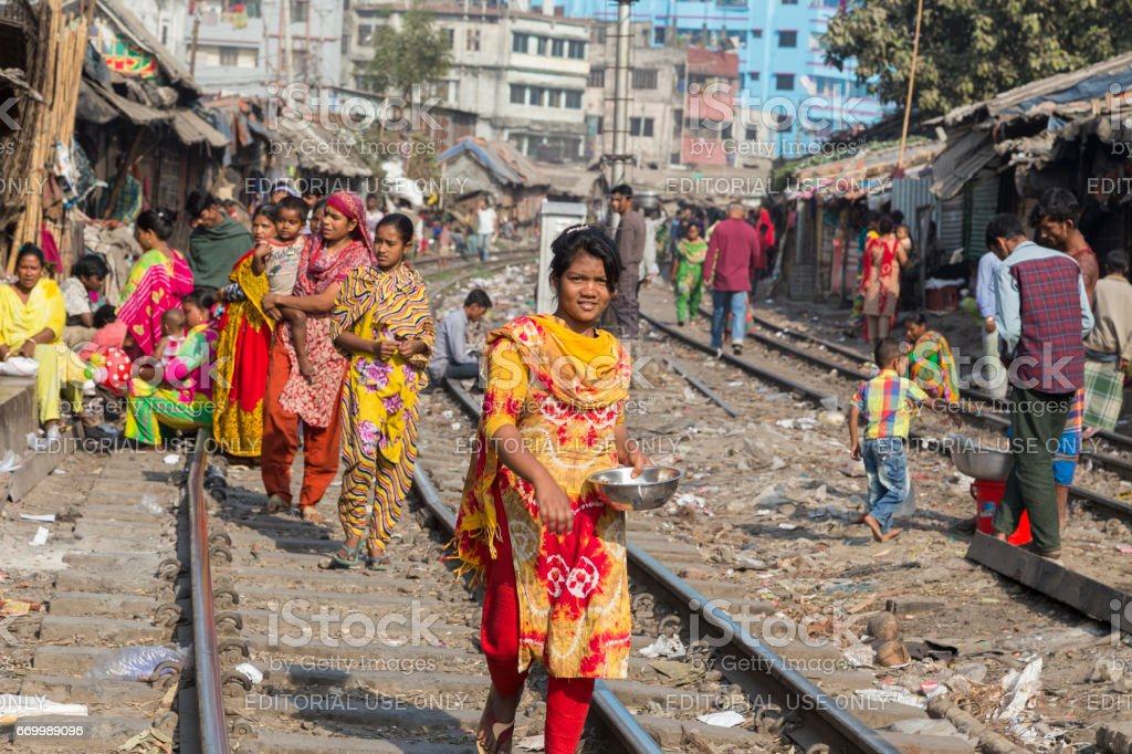 다카, 방글라데시-2 월 8 일, 2017: 철도 트랙과 철도 빈민 굴에서 그들의 일상 생활에 대 한 사람들이 걷고 여자 스톡 사진