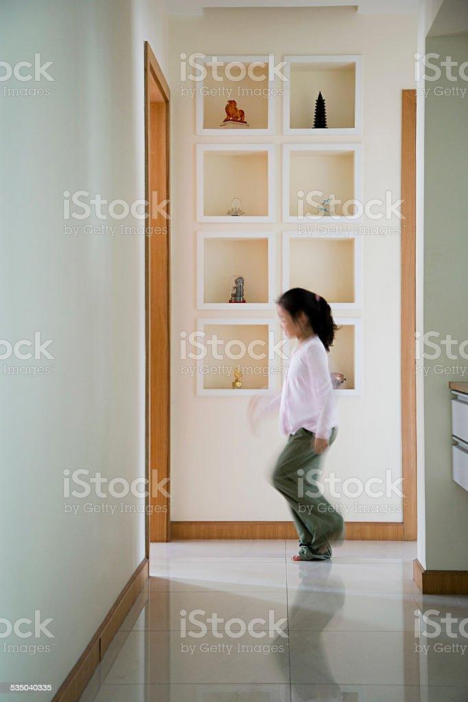 Menina andando em um corredor - foto de acervo