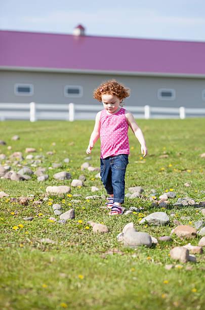 mädchen zu fuß in der pasture - denim caprihosen stock-fotos und bilder