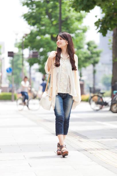 街を歩いて女の子 ストックフォト