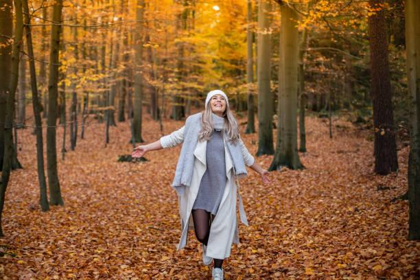 Mädchen zu Fuß im Park im Herbst – Foto