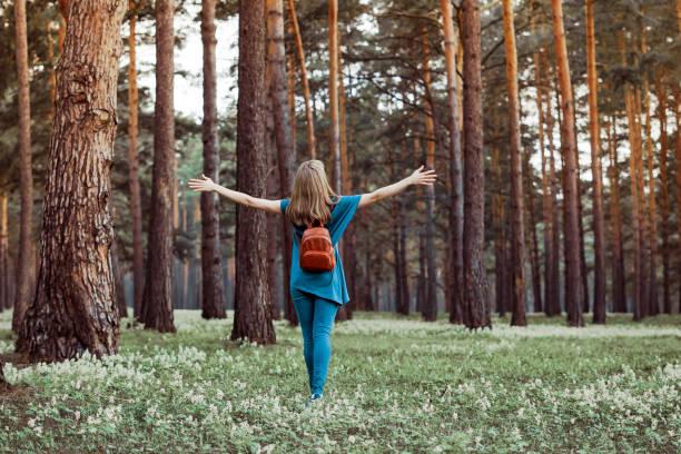 Mädchen zu Fuß in den Wäldern – Foto