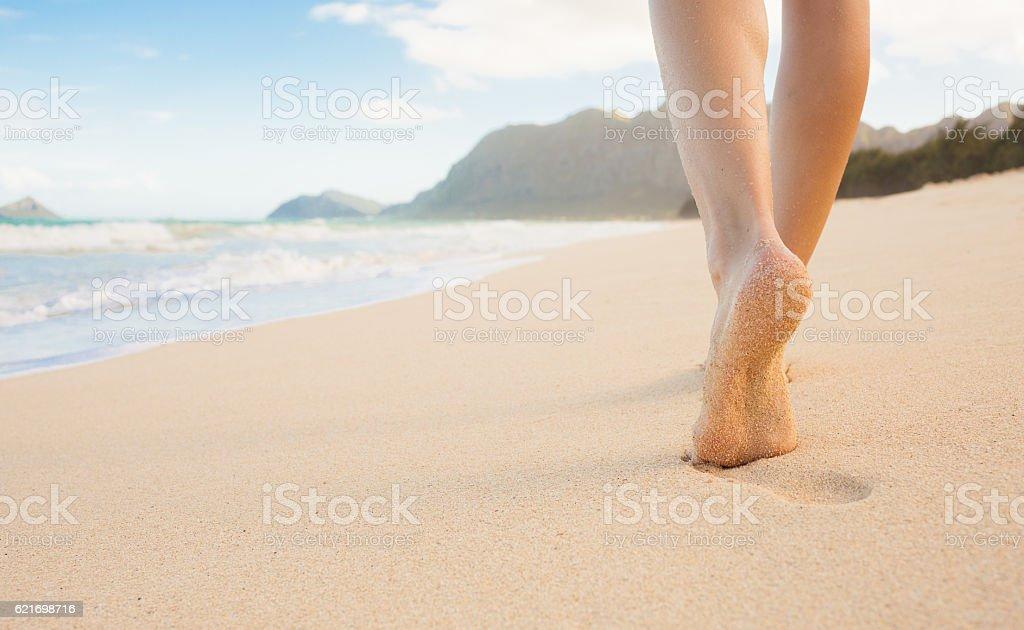 Mädchen zu Fuß auf den Strand – Foto