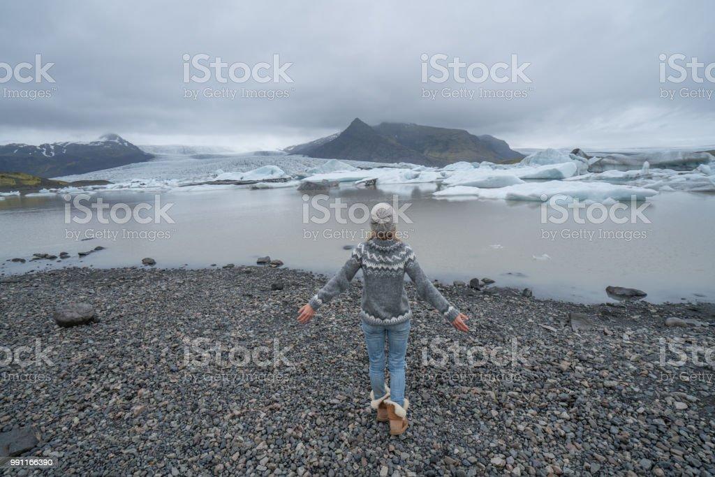Mädchen, die zu Fuß in Richtung Gletschersee in Island, spektakuläre Eislandschaft – Foto