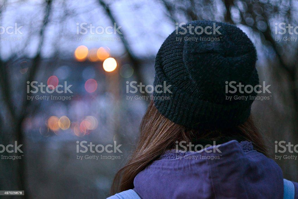 Fille en regardant les lumières de la ville - Photo