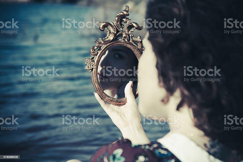 Jeune fille regardant miroir - Photo