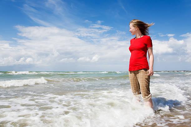 Mädchen beobachten das Meer – Foto