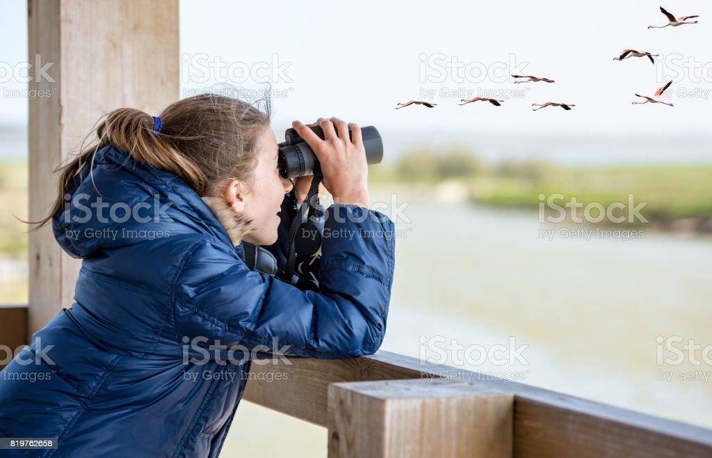 Mädchen beobachten Sie durch das Fernglas – Foto
