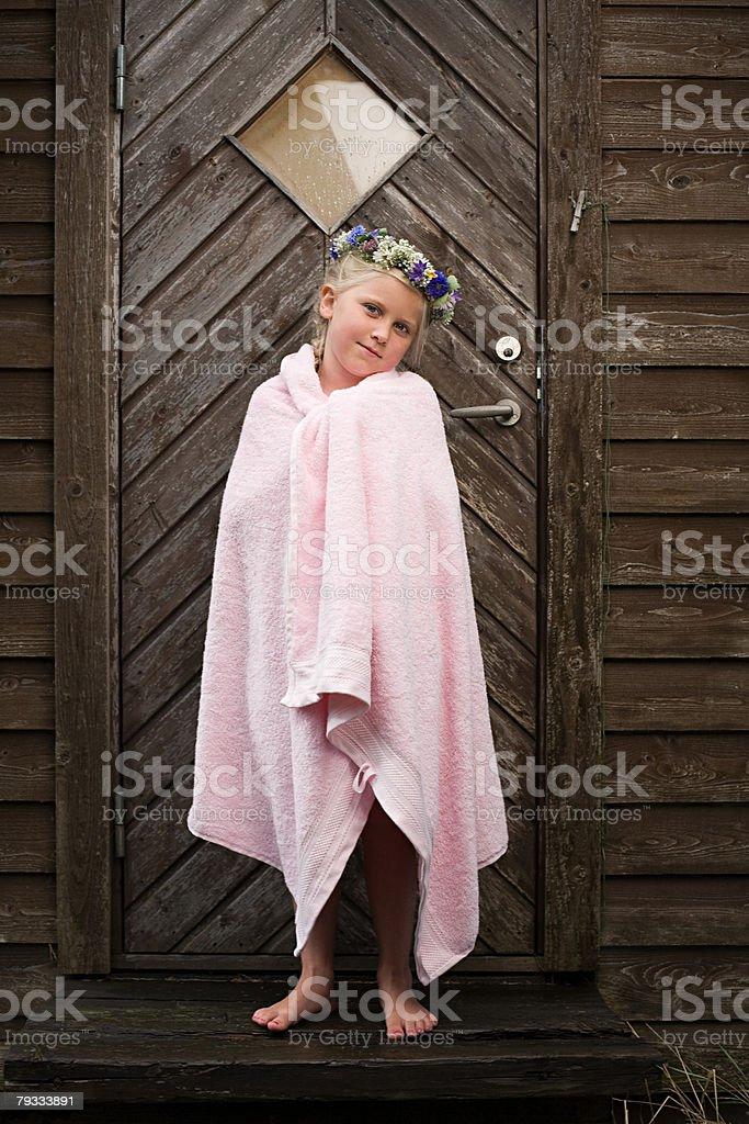 Ein Mädchen trägt Eine Girlande aus Blumen Lizenzfreies stock-foto
