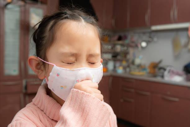 マスクを着ている女の子 - くしゃみ 日本人 ストックフォトと画像
