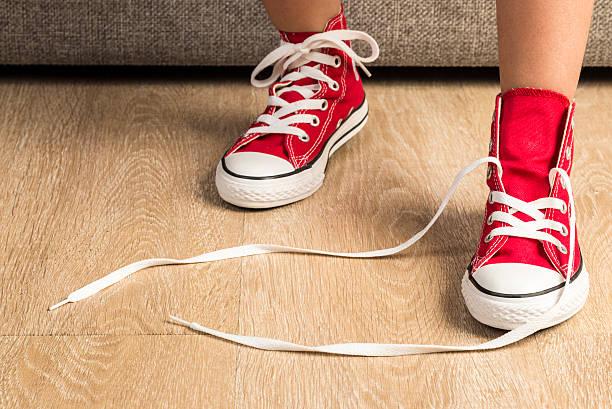mädchen mit ein paar rote sneaker - schnürsenkel stock-fotos und bilder