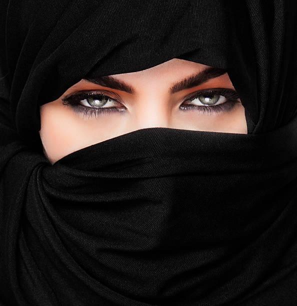 mädchen trägt burqa square, nahaufnahme - burka stock-fotos und bilder