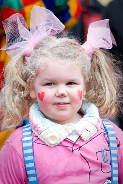 mädchen mit clown-kostüm, karneval in köln - karnevalskostüme köln stock-fotos und bilder